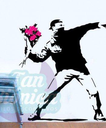 Activista lanzando flores, Banksy, graffiti, vinilo decorativo, esténcil, sticker empavonado y fotomurales