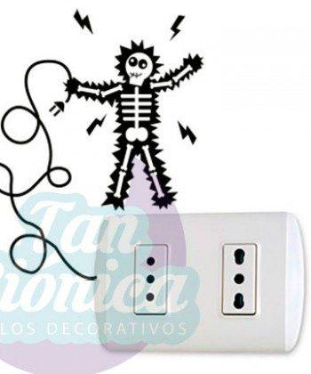 Interruptores y enchufes decorados con vinilos adhesivos decorativos, empavonados y fotomurales, hombre electrocutándose.