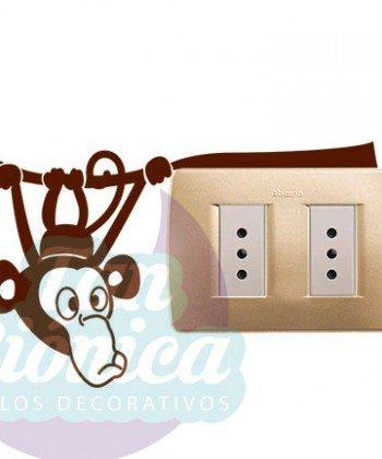 Interruptores y enchufes decorados con vinilos adhesivos decorativos, empavonados y fotomurales, mono colgando